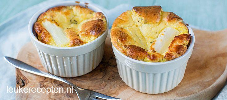 Verwen je gasten (en jezelf) met deze geitenkaas souffle's met witte asperges