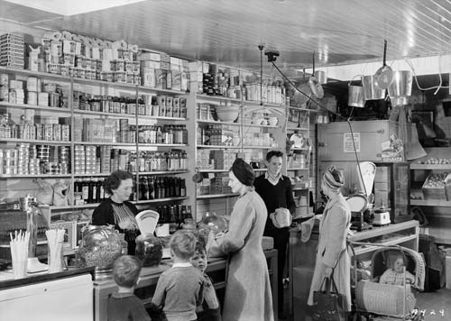 Customers in a grocery store, Arapuni, New Zealand, 1940s. #vintage #supermarket #shopping