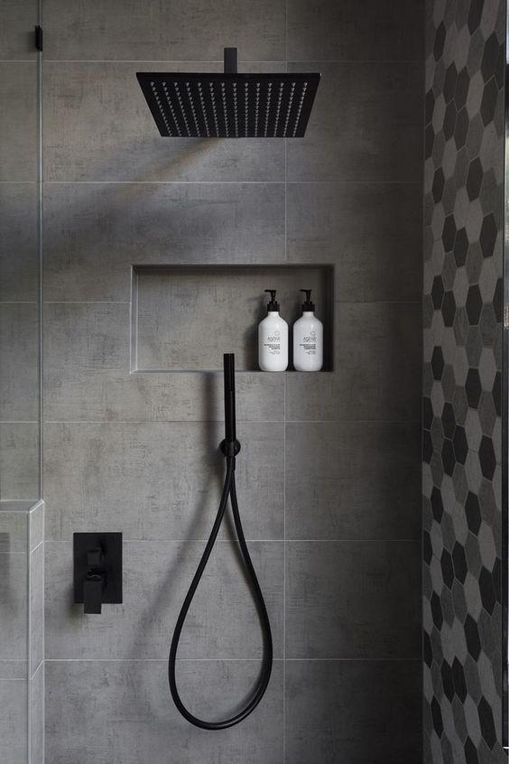 In diesem modernen Badezimmer verfügt die Dusche …