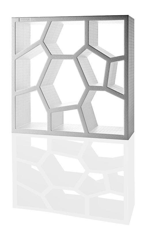 Design: Sean Yoo, 2005 Versatile e leggera libreria o espositore in polipropilene espanso, può assolvere la funzione di comune libreria, come parete divisoria componibile in altezza e lunghezza accostabile nei colori e nell'orientamento delle partizioni interne, oppure tramutarsi in espositore per oggettistica. Materiale 100% riciclabile. Download