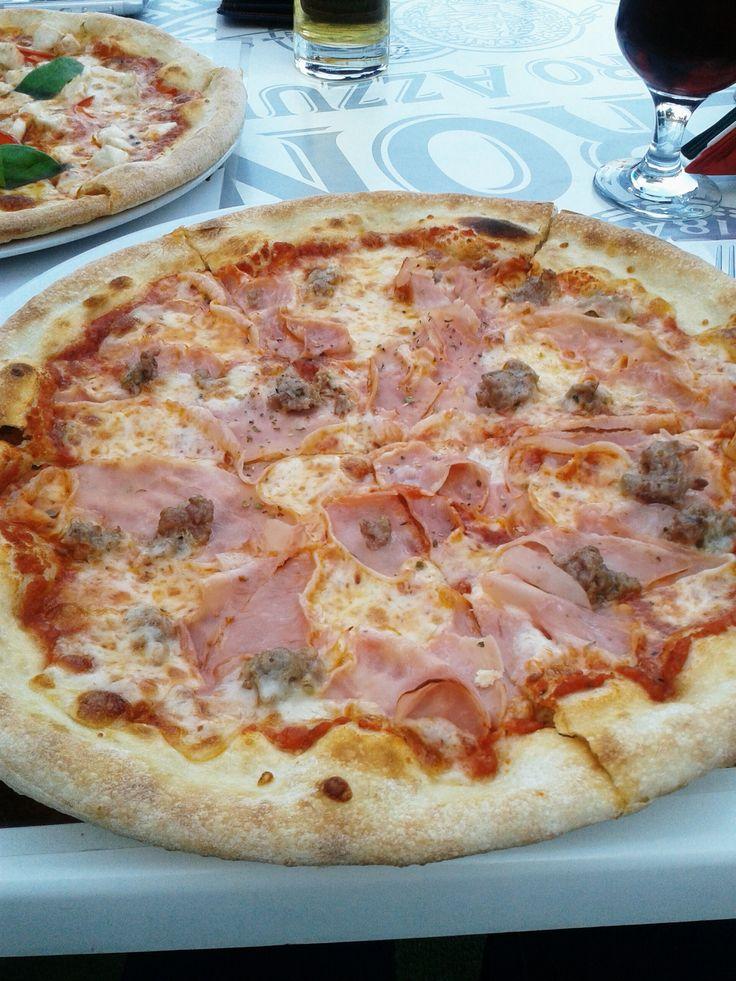 Pizza cu șuncă și cârnăciori