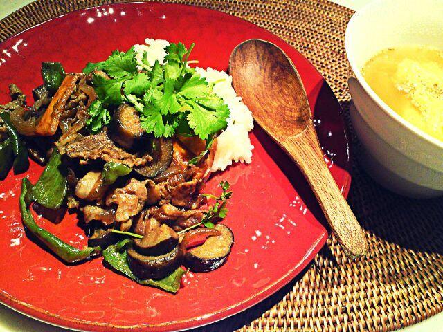茄子とピーマンと牛肉の味噌炒めをのっけた丼。プランター栽培のパクチーが食べ頃なのでトッピングして少しアジアン。留守番の一人飯です。美味い♡ - 84件のもぐもぐ - 茄子味噌丼 by MakiHiro