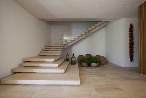 Residência Quinta da Baronesa: Corredores, halls e escadas modernos por Débora Aguiar