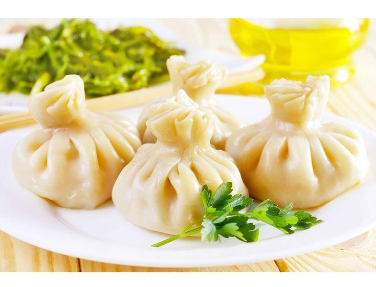Hingal Mantısı İtalya'da #ravioli, Çin'de #wonton, Rusya'da #pelmeni ve Türkiye'de #mantı olarak bildiğimiz bu lezzet Gürcistan'da #hingal genellikle sade olarak hazırlanıp, elle yeniyor. Yani sarımsaklı yoğurt ya da sosla ikram edilmiyor. http://www.yesiltopuklar.com/gurcistana-has-bir-manti-hinkal.html