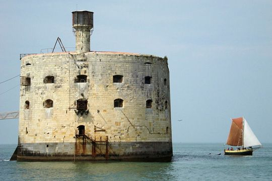 Un magnifique Vieux-Port flanqué de tours médiévales, un immense port de plaisance et trois plages... La Rochelle dévoile un patrimoine maritime sans pareil.