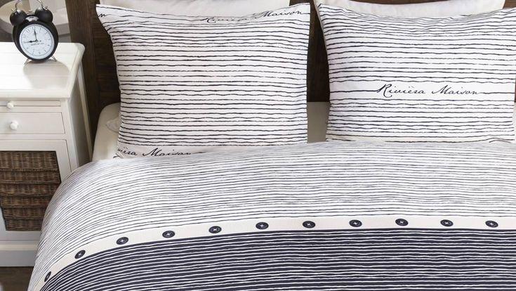 Dit Sylt Stripe dekbedovertrek van Rivièra Maison in de kleur Blauw heeft een mooi streeppatroon en is een prachtige toevoeging aan uw slaapkamer.