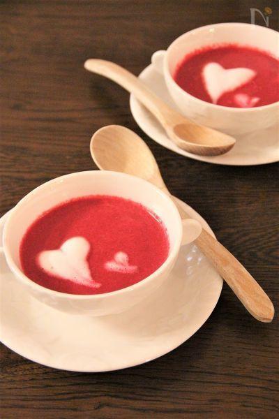 鮮やかな色が特徴のビーツ。  スープにするとこんなにかわいくラブリーに♪  ビーツはカブと大根を合わせたような味です。