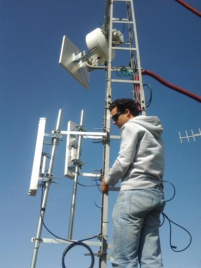 Internet Rural en Antequera.  El equipo de Excom comprobando la red de Wimax