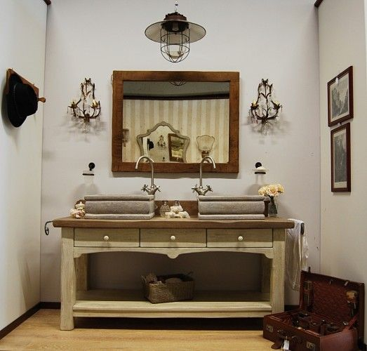 Mobile da bagno in stile provenzale con base in abete antico decapato e top in rovere antico patinato e protetto. Lavabi in travertino noce invecchiato