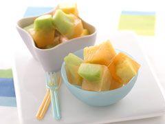 【果物たっぷりキュービックアイス】大きめに切った果物と果汁入りジュースで作る簡単&ヘルシーデザート。バナナで作るとまた違った食感と風味で楽しいですよ。
