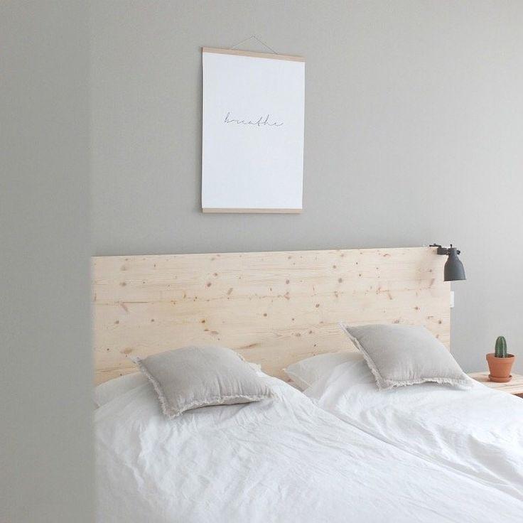 Inspiration ♡ Helles Holz und viel Natürlichkeit! Wie ihr die schöne Rückwand kinderleicht selbst anbringen könnt, zeige ich euch jetzt auf dem Blog.