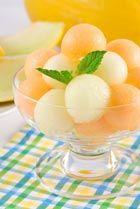 De gele honingmeloen staat ook wel bekend als 'honeydew melon' en 'amarillo liso'. Deze ovale meloen behoort tot de familie wintermeloenen, want hij is voornamelijk tussen september en januari verkrijgbaar. In de koelkast kan een honingmeloen tot wel 5 weken