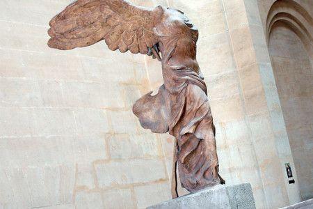 Niké, la diosa griega de la victoria. En la mitología griega, Nike o Nice era la diosa de la victoria. Se le representaba a menudo como una pequeña escultura alada en la mano de otro dios más importante, como Zeus o Atenea.