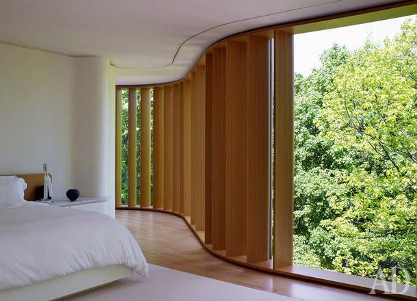 Хозяйская спальня расположена на верхнем этаже. Она залита естественным светом…