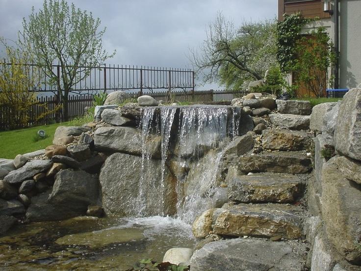 kleiner Wasserfall belebt den Garten
