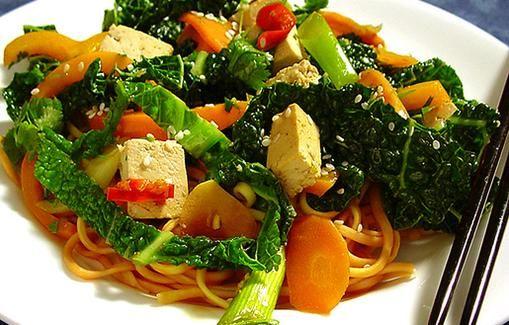 Wokattuja vihanneksia tofun ja nuudeleiden kera