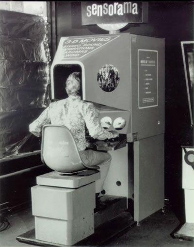 """Sensorama (1960) / Le Sensorama Simulator fut inventé par le réalisateur de documentaires américain Morton Heilig au milieu des années 1950. Il projetait l'idée avant-gardiste de proposer une ballade virtuelle dans les rues de New York en motocyclette. Pour rendre la projection vraiment crédible, il a inclut des sons stéréophoniques, des odeurs ainsi que des sensations de température et de mouvement. C'est avec cette invention qu'est né le concept de la """"réalité virtuelle"""""""