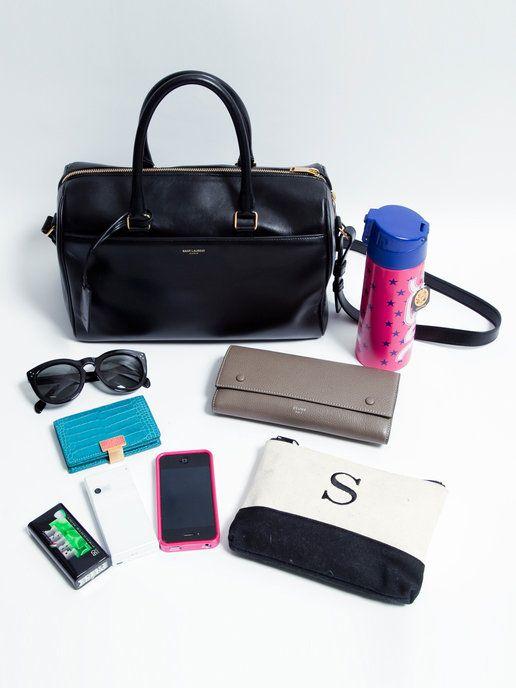 """스가 누마 씨의 「생 로랑」의 """"더플""""에 들어있는 것을 확인합니다.  사진 왼쪽부터  마이애미에서 구입 한 선글라스와 하와이에서 구입 한 지갑은 """"셀린""""  가지고 다니는 냄비에 들어있는 것은 「마리아 쥬 프레 르 """"의""""마르코 폴로 """"  이니셜 들어가 현관에 화장품 도구를 수납  휴대 전화는 iPhone과 Docomo를 두 대 가지고  에티켓 민트는 「몸수색」을 애용  런던에서 구입 한 """"스마이손""""명함 지갑"""