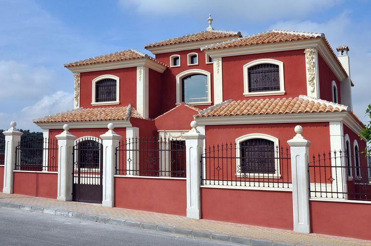 Recercados con molduras de piedra artificial y vallado exterior con remates ornamentales de piedra.