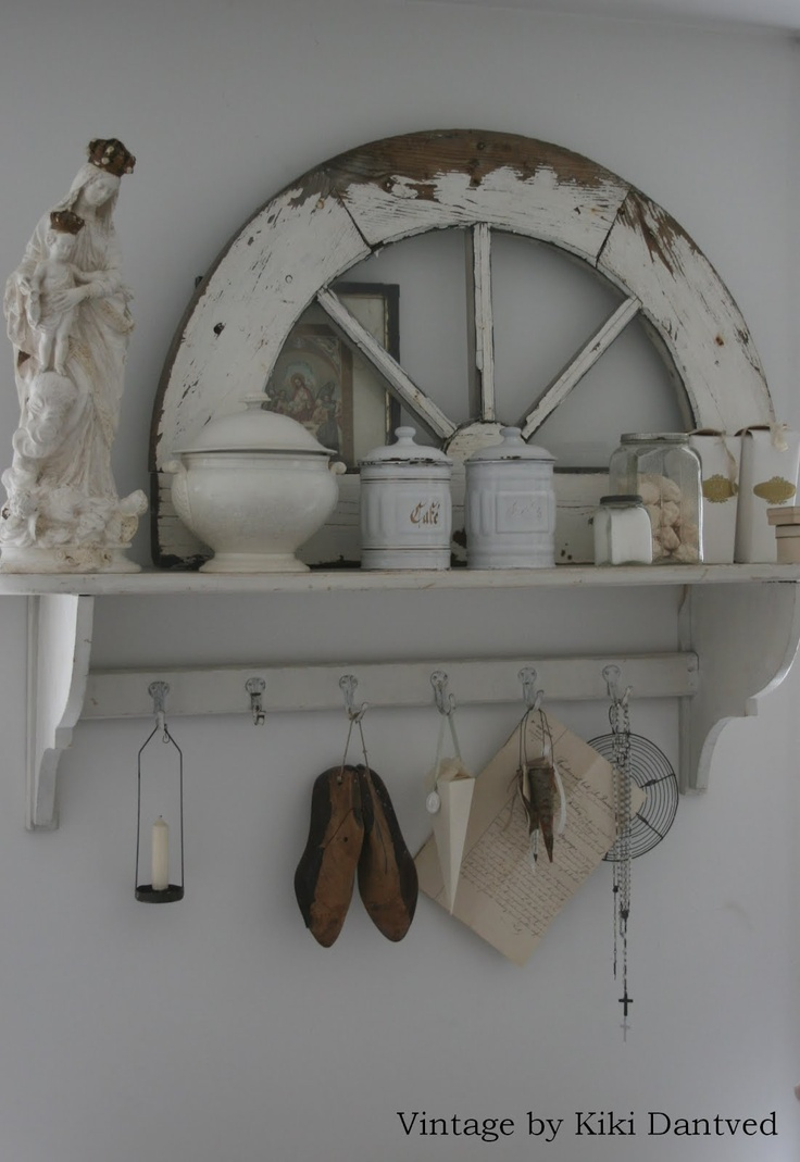 VINTAGE BY LE CRAPAUD: Indretning - i think this would be nice with a mirror behind it