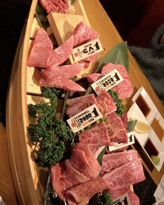 WEBSTA @ moeazukitty - 舟盛り動画〜〜😚💓💓#舟盛り動画#焼肉#フォトジェ肉#フォーリンデブさん#もえログ