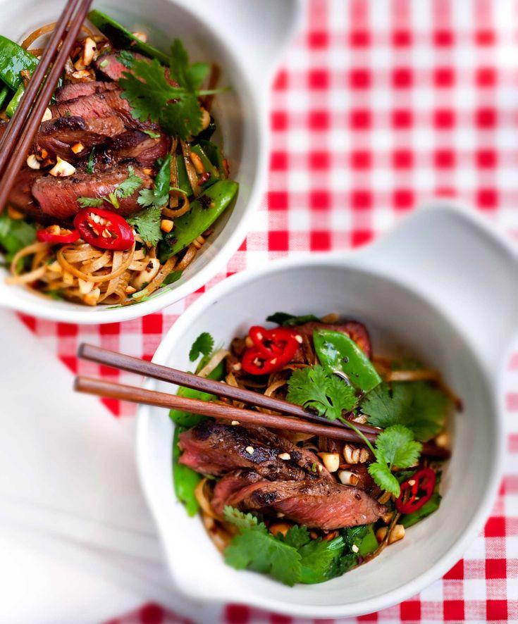 Naudan fileepihveistä syntyy nopeasti maistuva aasialaishenkinen naudanlihavokki. 1. Nosta pihvit huoneenlämpöön noin tuntia ennen paistamista. Hiero pihvien pintaan öljy ja nosta pihvit kuumalle pan...