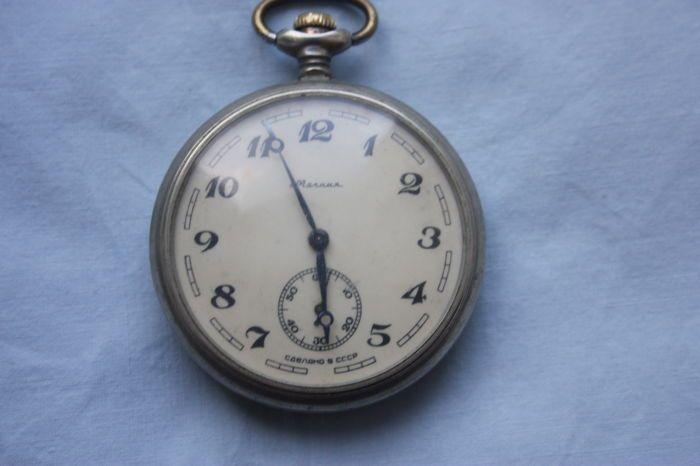 Vintage pocket watch MOLNIJA schip Sovjet Sovjet-Unie Rusland  Vintage Pocket Watch MOLNIJA schip Sovjet/USSR RuslandORIGINELE & AUTHENTIEK.Verchroomd heeft kaliber 3602 geval het imago van een schip stoomGemaakt in de Sovjet-Unie. Mannen zakhorlogeLoopt goed en houdt van tijd nauwkeurigMAATREGELEN:Kast Diameter (met kroon): 60 mmKast Diameter (zonder kroon): 50 mmHorloge crystal diameter: 42 mmHet horloge heeft een lichte patina-lamphouder overeenkomen met haar leeftijd maar niets…