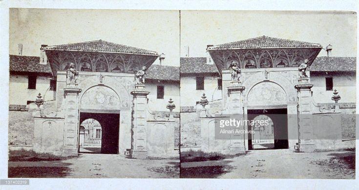 Foto stereotipiche del portale d'ingresso della Certosa di Pavia, intorno al 1870.