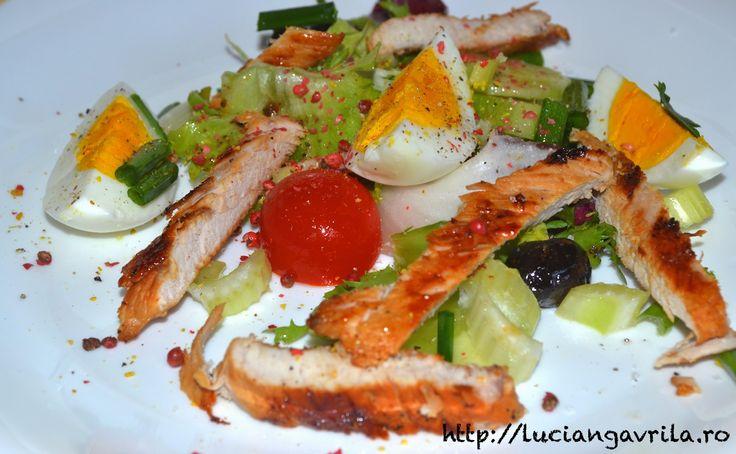 Salată de crudități cu ou fiert și piept de curcan