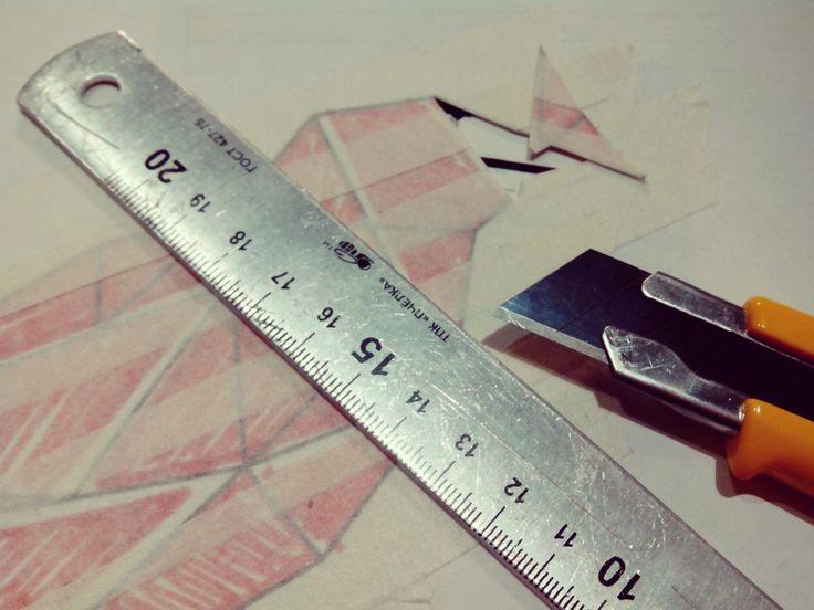 Empezamos a recortar la plantilla-pegatina con cúter apoyándonos en la regla para que las líneas más finas queden milimétricamente recortadas