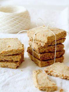 有塩バターとチーズの塩気が効いたクッキーは、ワインやシャンパンのおつまみにぴったり。クッキーの上に生ハムやサーモン、いくら、ルッコラなどのせてオードブルにしても。 『ELLE a table』はおしゃれで簡単なレシピが満載!