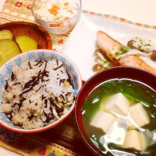 秋らしくなってきました と、いうことで秋らしい 一汁三菜献立を作りました - 18件のもぐもぐ - ひじきご飯○鮭の塩焼きあんかけ○さつまいものレモン煮で晩御飯 by hanahana222