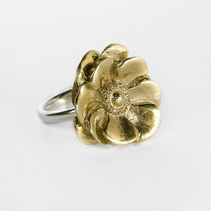 Anello in argento con fiore smaltato in oro