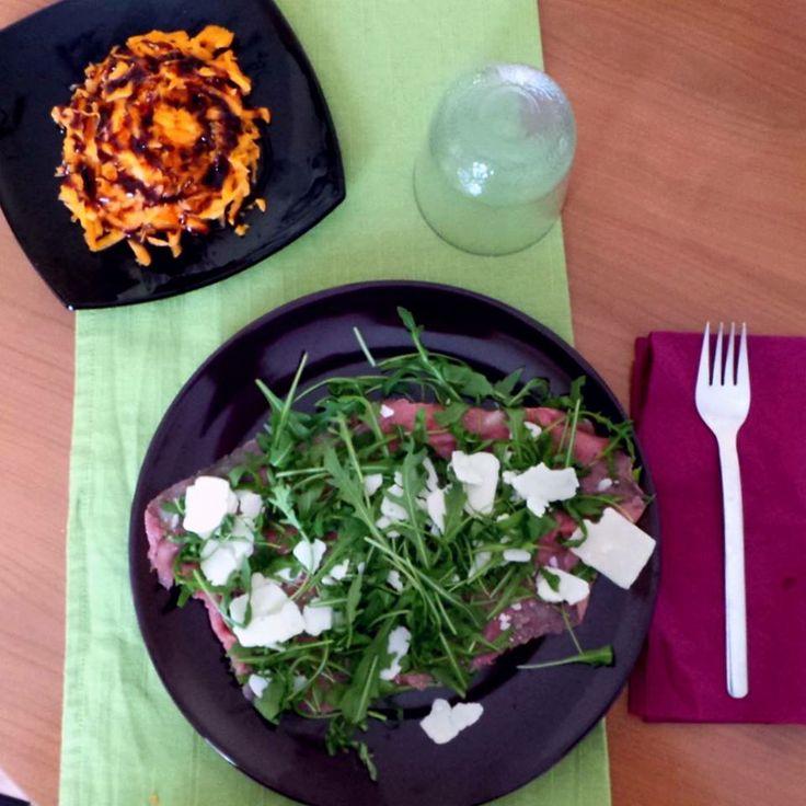 Carpaccio di carne con rucola e grana (no condimento) Carote con aceto balsamico