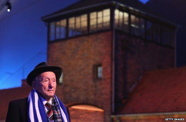 Yuda Widawski, 96, que se encuentra entre los más antiguos sobrevivientes del campo de concentración de Auschwitz, llega para las ceremonias en el sitio de Auschwitz-Birkenau, 27 de Enero