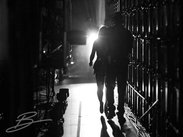 BackStage. Herkes sahneye bakar, sahnedekileri alkışlar, yıldızlar hep görünenlerin üstünde parlar. Oysa arkada kocaman, muazzam bir mutfak vardır ve orada yılmadan yorulmadan, her şeyi en ince ayrıntısına kadar düşünüp yapan, tasarlayıp üreten karınca gibi insanlar çalışır. Orası backstage'dir, büyük sahneleri yaratan, büyük insanların yeri... Belki de bu sebeple bu B, backstage'in de B'sidir.