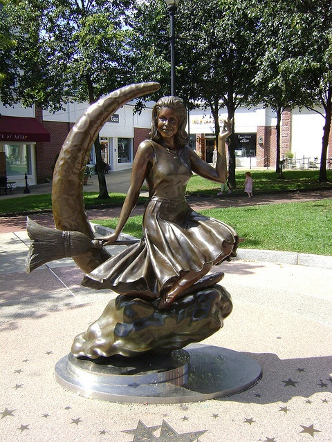 "'Bewitched' statue - Salem, MA - I LOVED THIS SHOW, I EVEN MARRIED A ""DARREN""!"