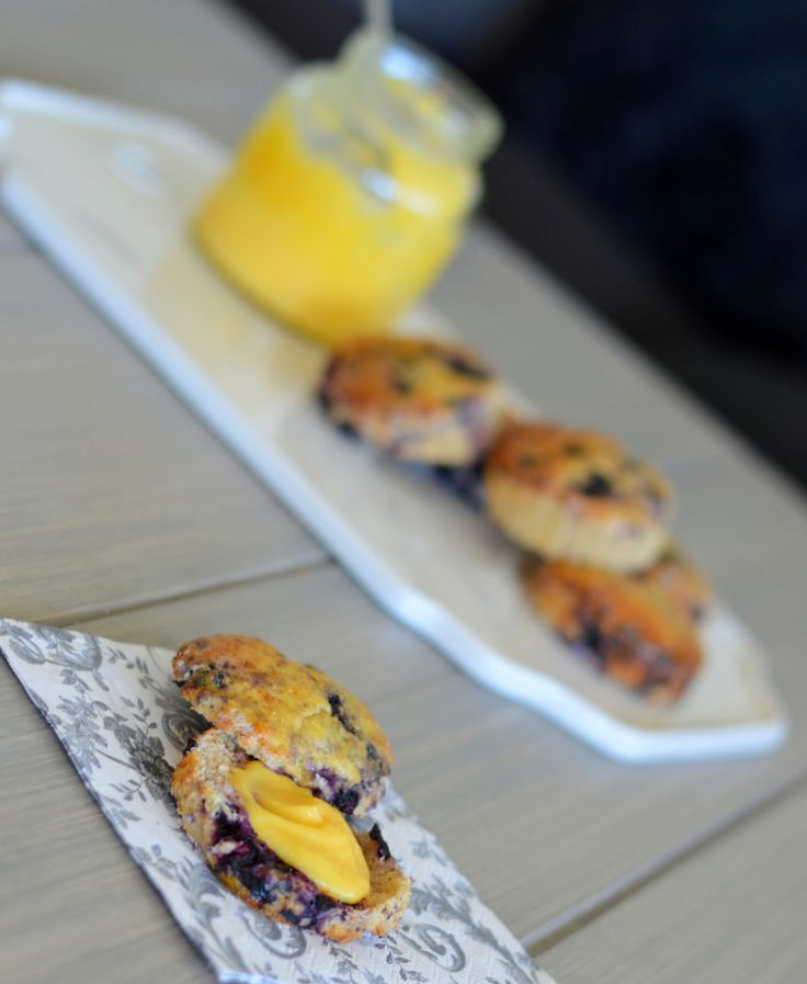 Sukkerfrie og proteinrike blåbær-scones med hjemmelaget lemon curd
