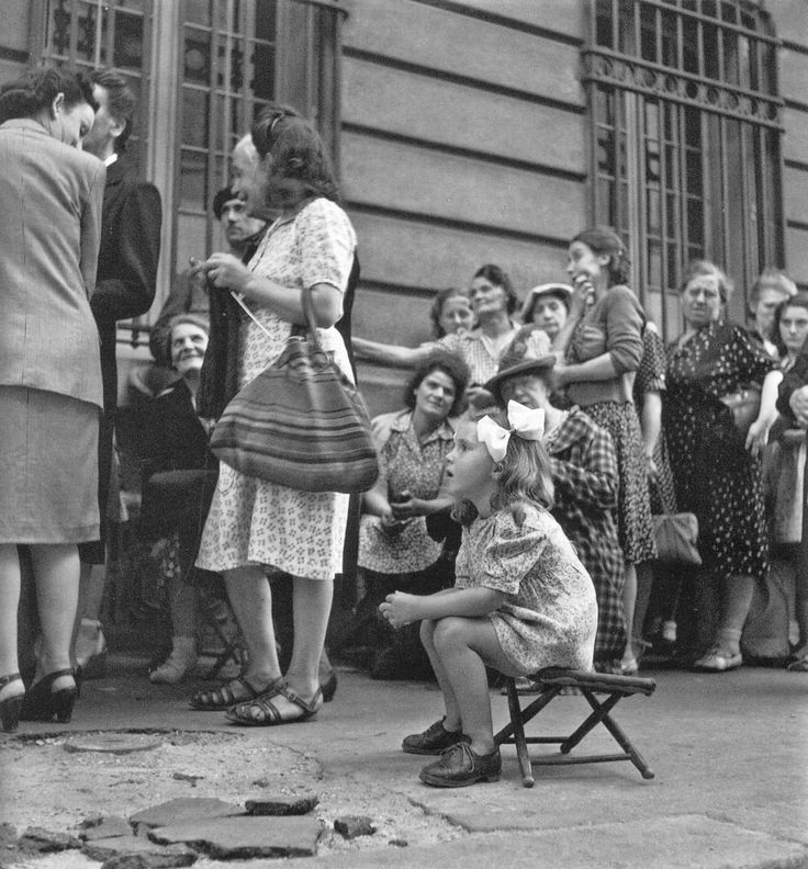 Robert Doisneau. Queue in occupied Paris 1943/44