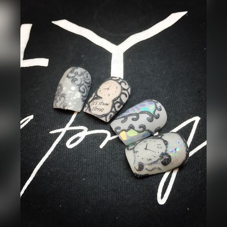 Nytårs negle nail art. En lille ide til dine nytårs negle. Lavet med glimmer og gel polish