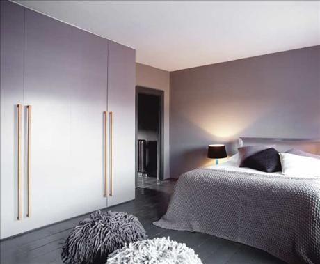 Sovrummet går i milda gråtoner. Garderobsväggen, tillverkad av mdf-board och med eleganta ekhandtag,...