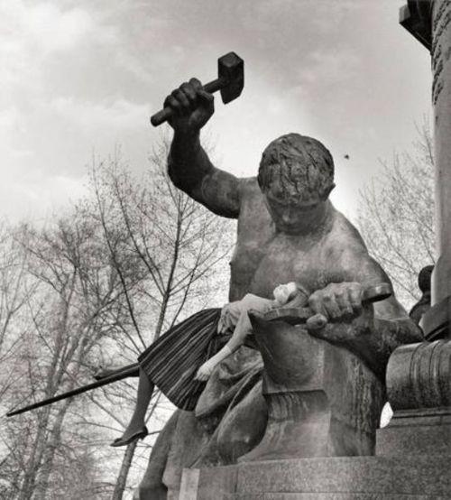 Floris M. Neusüss, Berlin, 1961  (DJF-Preisträgerbild 1962)  Bismarck-Nationaldenkmal (Siegfried schmiedet das Reichsschwert)