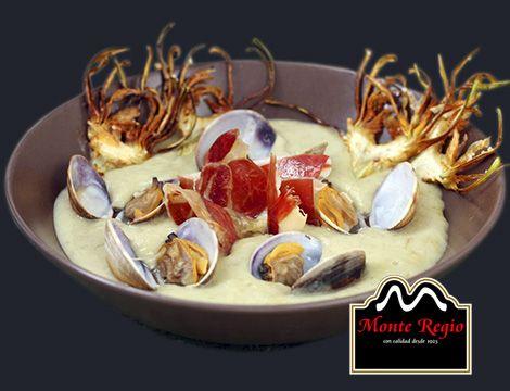 Crema de alcachofas con jamón ibérico #MonteRegio y almejas ¡nos encantan los lunes!