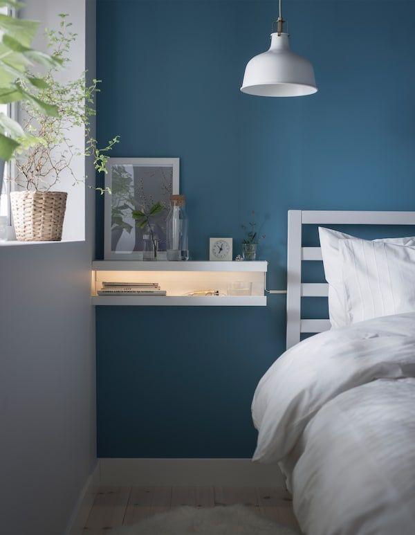 Gjør det selv-nattbord laget av to MOSSLANDA bildehyller stablet oppå hverandre som en åpen munn med ei LED-lyslist inni