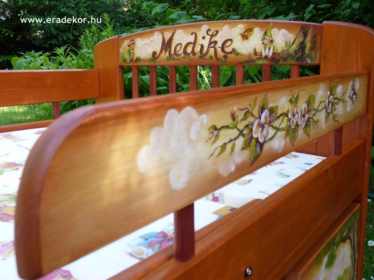 Medike névreszóló tömörfenyő festett hosszabbítható gyerekágy ágyneműtartóval, leesésgátlóval. Fotó azonosító: AGYMED14