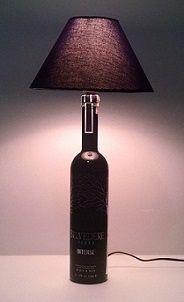 Um belo Abajur, feito com reaproveitamento de uma linda garrafa de vodka que seria jogada no lixo, porém ela ficará ainda mais algum tempo sem ser jogada fora e iluminando com estilo... By Negrete