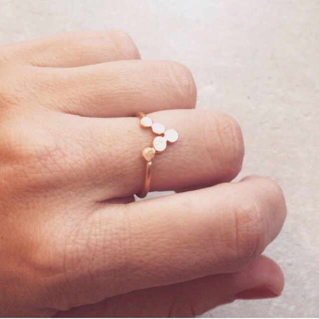 Minimalistic V ring. In golden or Sterling silver.