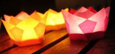 Diese kleinen Tischlaternen aus Papier für Teelichter hatte ich euch ja noch versprochen. Inzwischen hatten wir unser großes Fest am ...