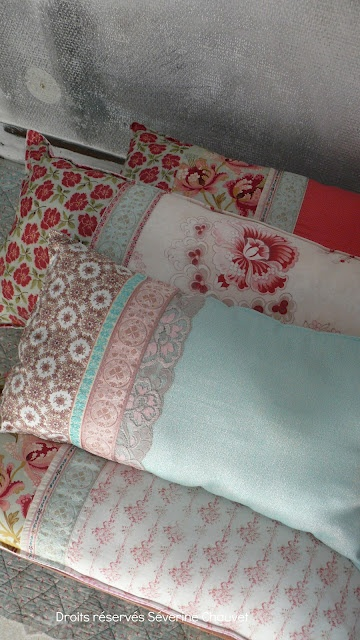 Leuk idee voor hoesjes om mijn Ikeakussens: verschillende stofjes en dan kant op de overgangen.
