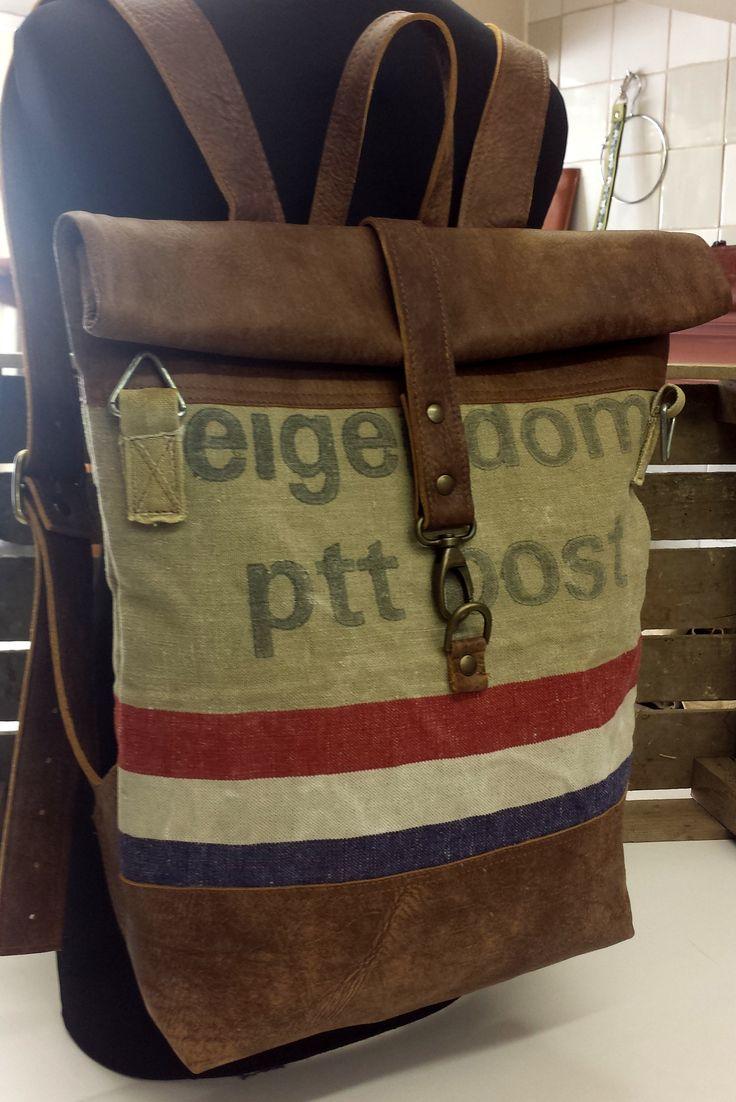Vintage PTT postzak en leer. Verstelbare schouderbanden , ritsvak op achterkant en in de voering.